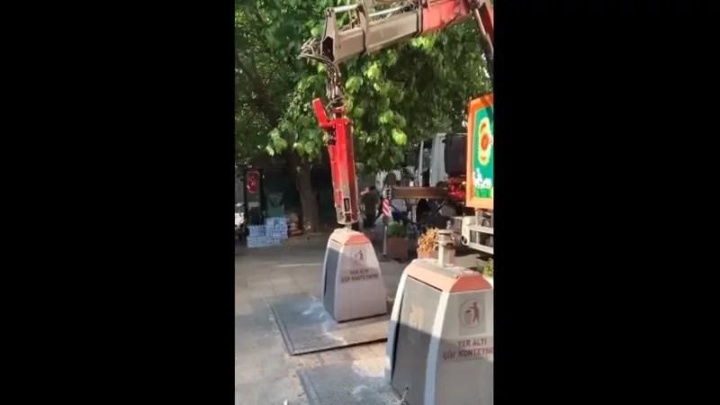トルコにある公共のゴミ箱ってこんな感じになってるんですよ。