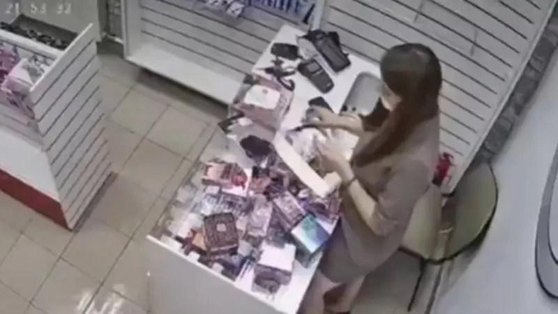 大人のおもちゃのお店に入った強盗が店員の女性にディルドで叩きだされるwww
