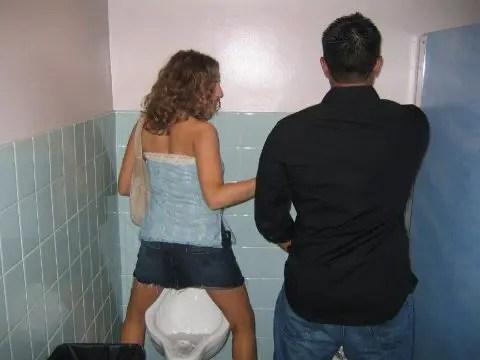 興奮するぅ~! トイレでおしっこする外国人の女性達をご覧下さい。