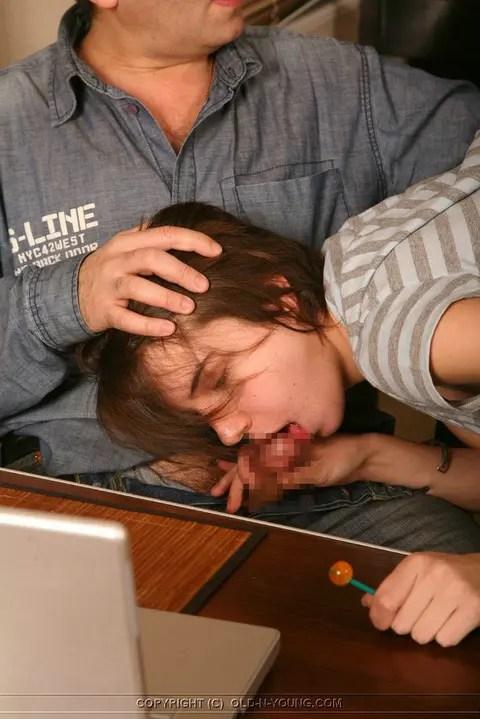 エロい外人のお姉さんがフェラチオしているムラムラしそうな画像です。