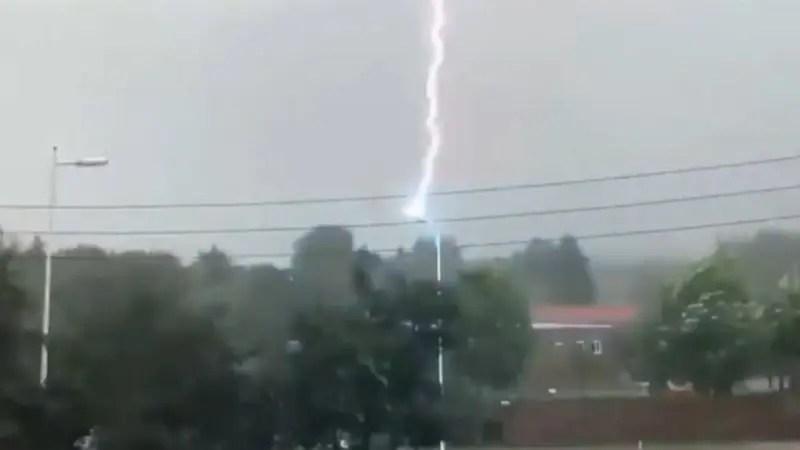 同じ街頭に合計11回の落雷があったようだ!