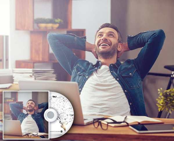 Glücklicher Mann am Schreibtisch