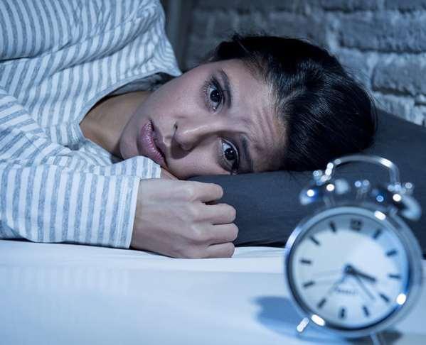 Frau versucht zu schlafen