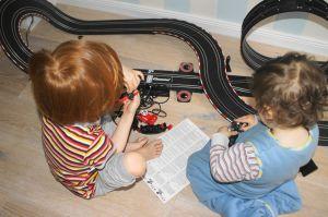 GEschwisterstreit, Geschwisterliebe, Brüder, Carrerabahn