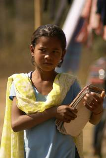 Mädchen in Nepal mit Schulunterlagen. Mädchen können oft nicht zur Schule gehen.
