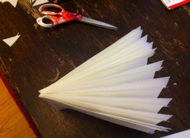 So fächerförmig wird der Brottütenstern nach dem Schneiden aufgeklappt und die Enden zusammengeklebt oder per Faden befestigt.