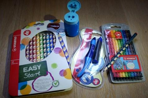 diese tollen Filz- und Buntstifte, den Anspitzer für zwei Stiftgrößen, den Bleistift mit Griffmulden und den ergonomischen Tintenroller.