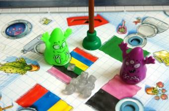 Spieletipp für Kindergartenkinder: Das Gesellschaftsspiel Monster-Pups bringt Kindern und Eltern Spaß, der ganzen Familie. Eine schöne Spielidee für Regentage - mit Gewinnspiel.