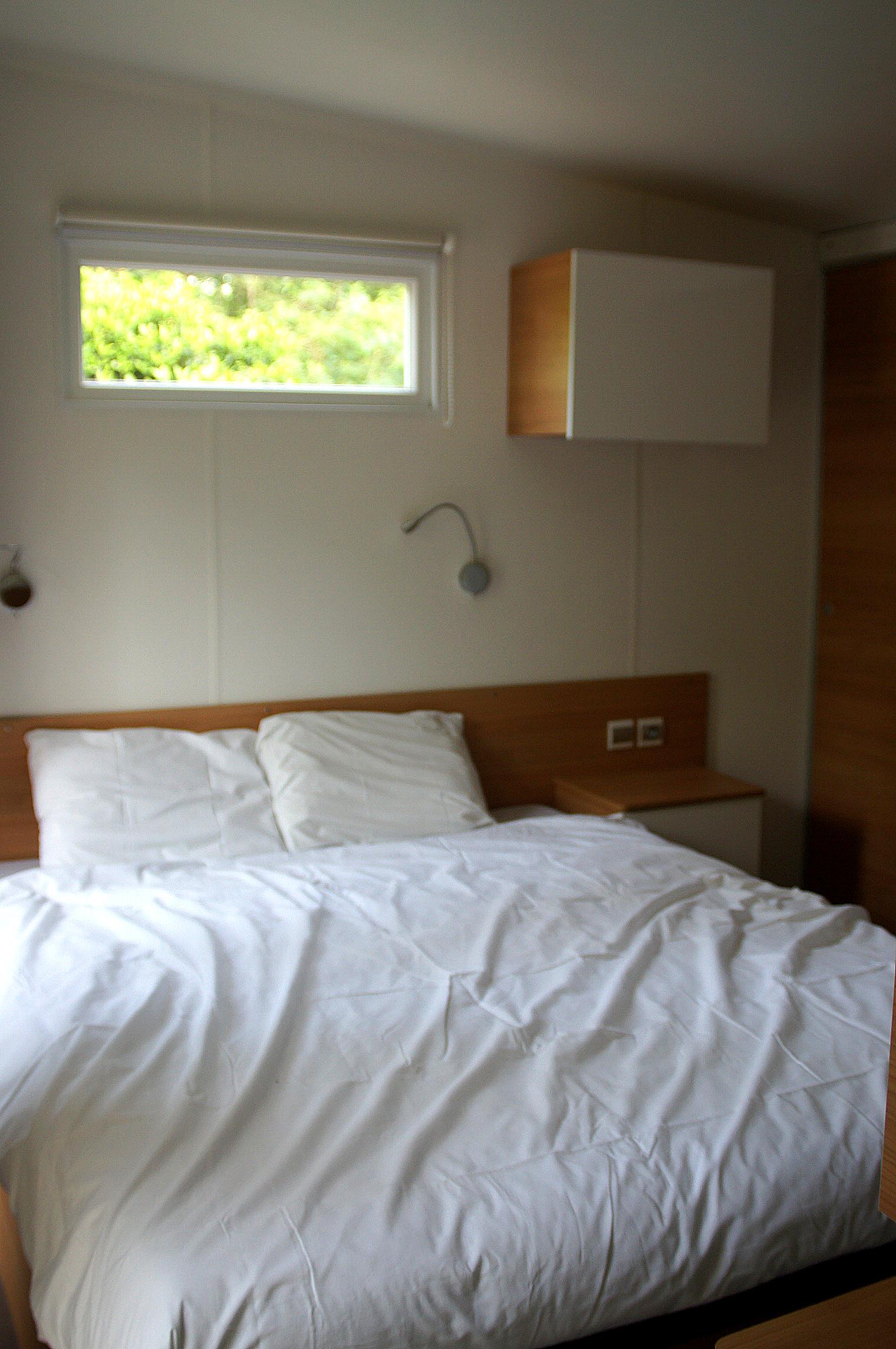 Elternschlafzimmer mit Platz für ein Babybett.