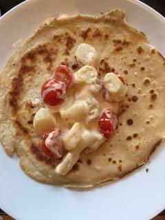 Rezept für herzhafte Pfannkuchen mit Spargel und Kirschtomaten.