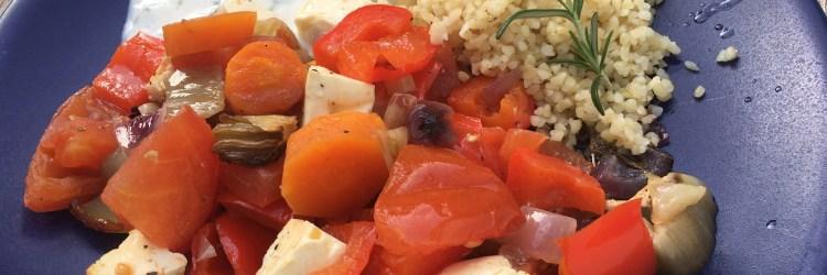 Lecker, sommerlich und leicht: Ofengemüse mit Minz-Joghurt und Bulgur.