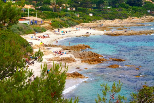 Reisen an der Cote d'Azur: St. Tropez und das Hinterland in der Bucht von Ramatuelle, Strände wie der Plage de L'Escalet, der Küstenwanderweg und Tipps für die Reise durch die Altstadt von Saint Tropez.