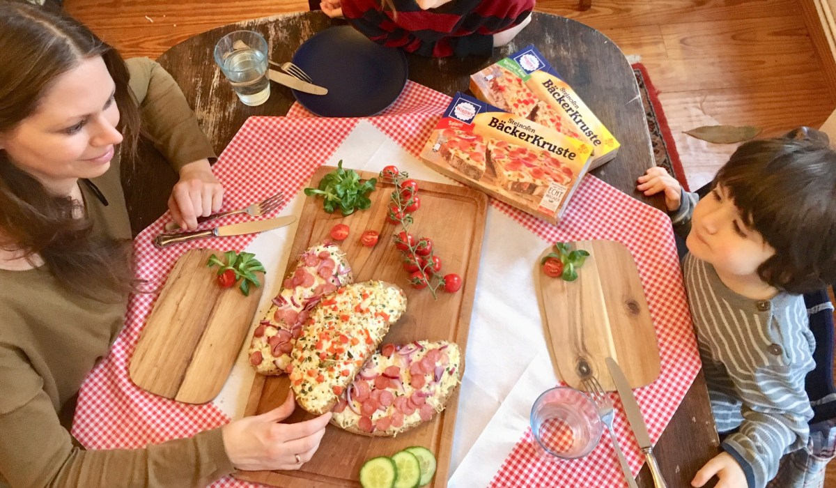 Produkttest und Werbung: Schnelles Abendessen mit der Steinofen BäckerKruste von Wagner Pizza. Familienessen, Essen mit Kindern.