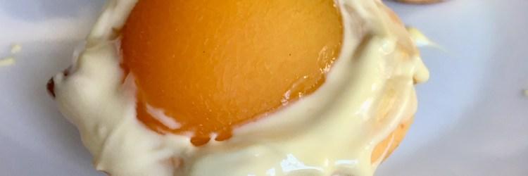 Ostermuffins: Muffins in Spiegelei - Form - mit Aprikosen und weißer Schokolade. Nicht nur zu Ostern machen sie sich gut auf dem Osterbuffet - #ostern #backen