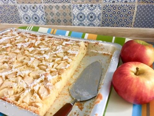 Apfelkuchen vom Blech: Blechkuchen mit einem saftigen Rührteig, schnell zu backen mit Äpfeln. Dieser Kuchen schmeckt wie bei Oma, frische Sommerküche, Landküche und schmeckt auch Kindern.