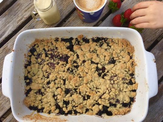 REzept für schnellen Beerencrumble - mit Blaubeeren oder himbeeren