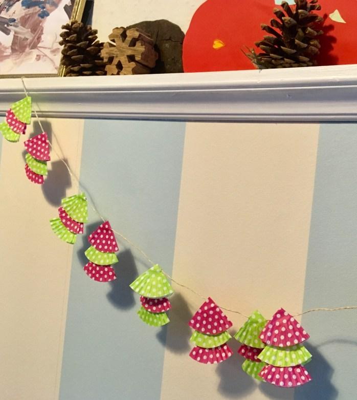 Tannenbaumgirlande aus muffinförmchen basteln - Bastelanleitung für eine einfache Weihnachtsdeko