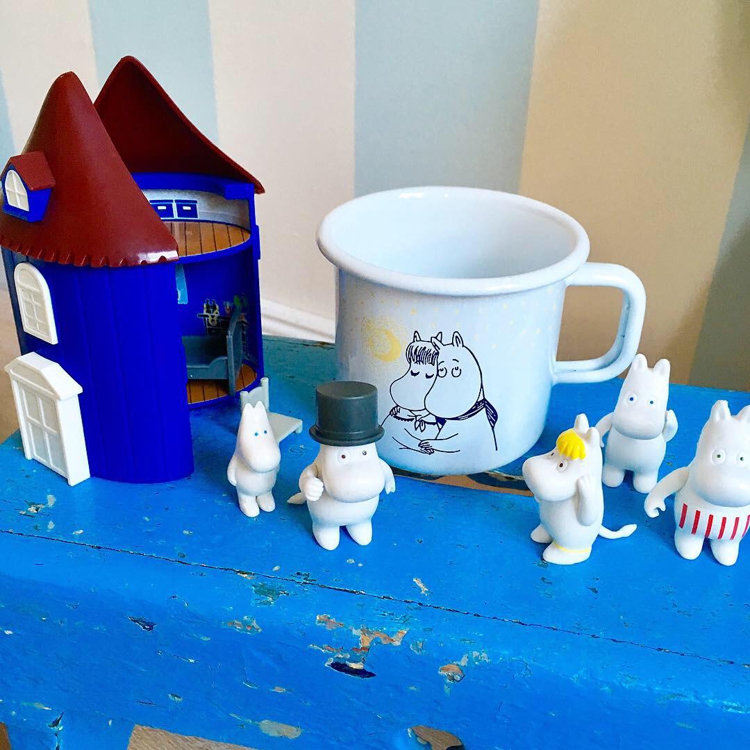 Gewinnspiel Mumin Puppenhaus mit Emaillebecher und Mumin Figuren gewinnen