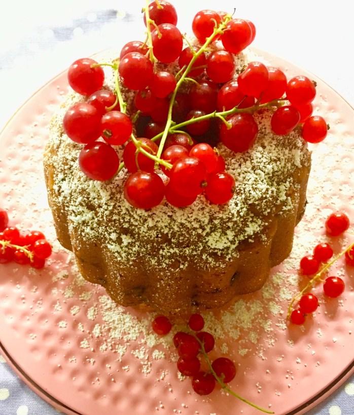 Rezept für einen Gugelhupf mit Johannisbeeren - leckerer Beerenkuchen - ein Kuchen mit Rührteig