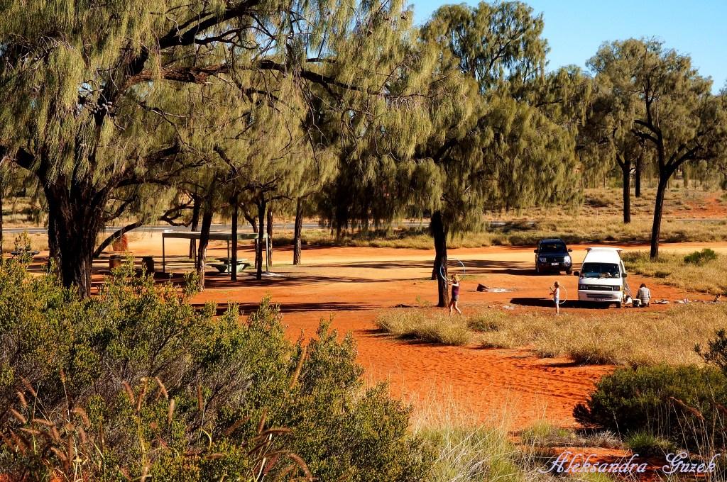 Jeśli dysponujemy samochodem to po dordze znajdziemy kilka campingów na dziko bez dostępu do wody. Ten tutaj znajduje się w drodzę do Kings Kanyon. Niemiecka rodzina prowadzi życie w podróży :-)