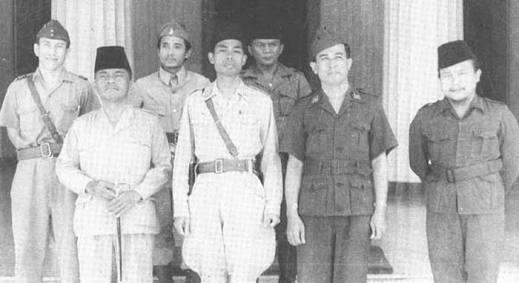 Bung Tomo no 3 dari kiri, tepat dibelakang Jenderal Sudirman