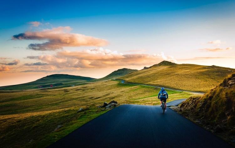 Podróżowanie z rowerem – przewożenie roweru w kufrach, boxach, walizach