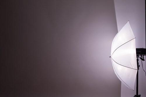 ライティングのヒント・アクセサリー別の光源・モノブロックストロボ(真横)