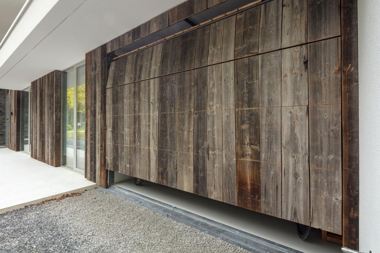 Barnwood houten garagedeur gentegreerd in de wand