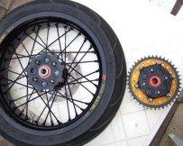 Yamaha WR250R Supermoto Radsatz: Hinterrad, Talon Nabe, offener Ruckdämpfer, schwarze Speichen