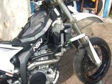 Absaugen der Kühlflüssigkeit der Yamaha WR250R