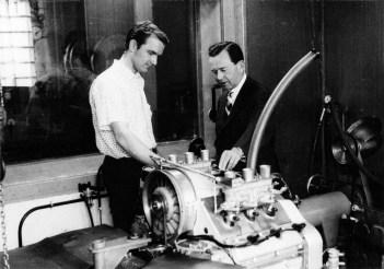 Ferdinand Piëch (links) und Ferry Porsche neben dem Motor Typ 718/2 für den Porsche 901, ca. 1963