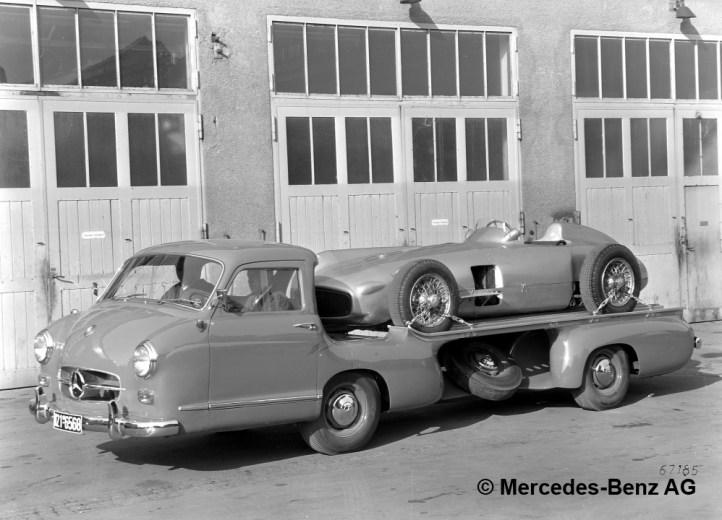 """Mercedes-Benz Schnellrenntransporter """"Das blaue Wunder"""" mit einem Formel-1-Rennwagen W 196 R Monoposto auf der Ladefläche, 1954/55."""