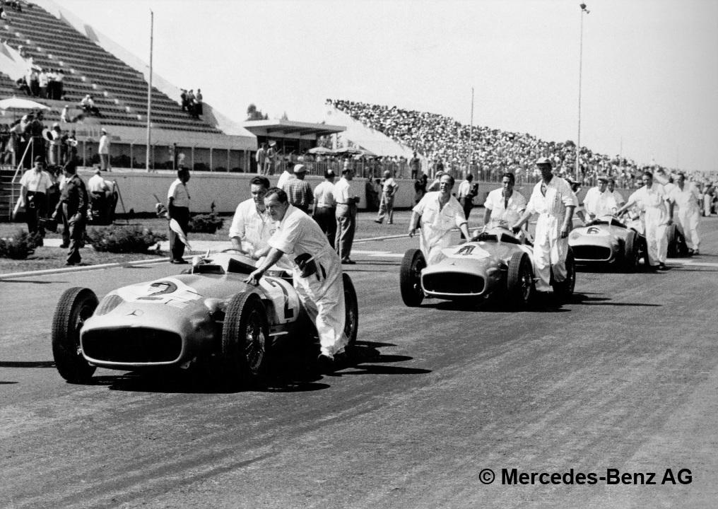 Großer Preis von Buenos Aires, Formelfreies Rennen in Buenos Aires am 30. Januar 1955. Startvorbereitungen der Mercedes-Benz Rennwagen mit 300-SLR-Motor, der auf Formel-1-Typ W 196 basiert.