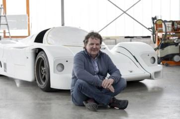 Rob Powell vor dem 962 C, bevor der Rennwagen sein Designkleid wieder angelegt bekommt.
