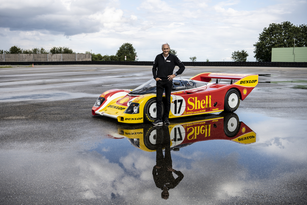 Hans-Joachim Stuck und sein Rennwagen, der 962 C. ©Porsche AG