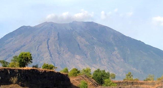 Gunung Agung Bali Kembali Normal, Hanya Deburan Asap & Debu Vulkanik