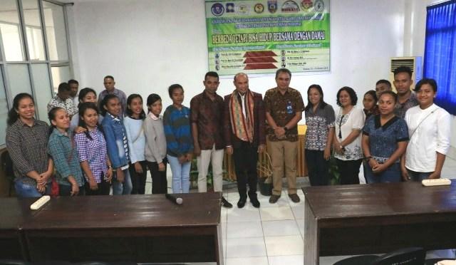 Gubernur Viktor Tantang Mahasiswa Sekolah Perdamaian Tulis Indonesia Masa Depan