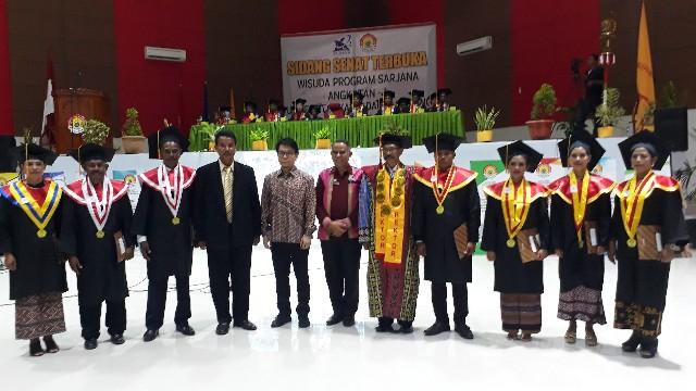 Wisuda Perdana Undarma Kupang  Cetak 7 Lulusan Terbaik dari 205 Wisudawan