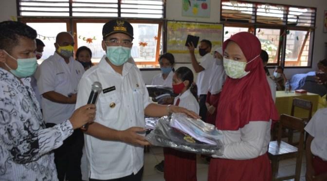 Hari Guru 2020, Wali Kota Kupang Serahkan Bantuan Seragam