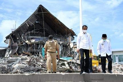 Tinjau Dampak Gempa di Mamuju, Presiden Ujud Doa Dukacita dan Beri Bantuan