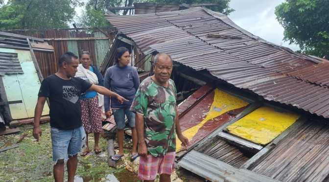 Rumah Loper Koran di RT 04 Oeba Roboh Diterpa Angin Kencang