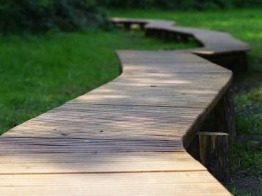 Holzsteg im Garten