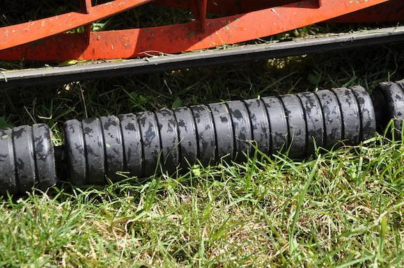 Mit der Walze wird der Rasen geebnet, zudem erlaubt sie einfacheres Zurückfahren.