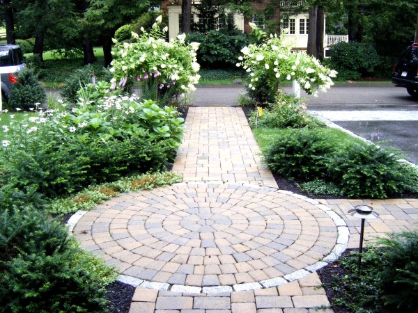 gorgeous front sidewalk landscaping