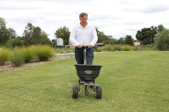 Spreading slow -release fertiliser in autumn