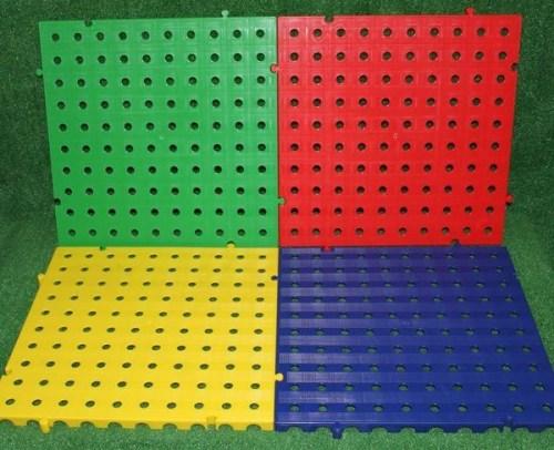 suelo de placas pvc de rejillas colores verde, rojo, azul y amarillo