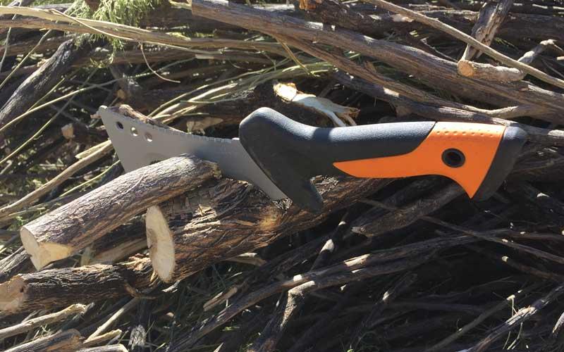 Fiskars-Billhook-chopping-through-limb