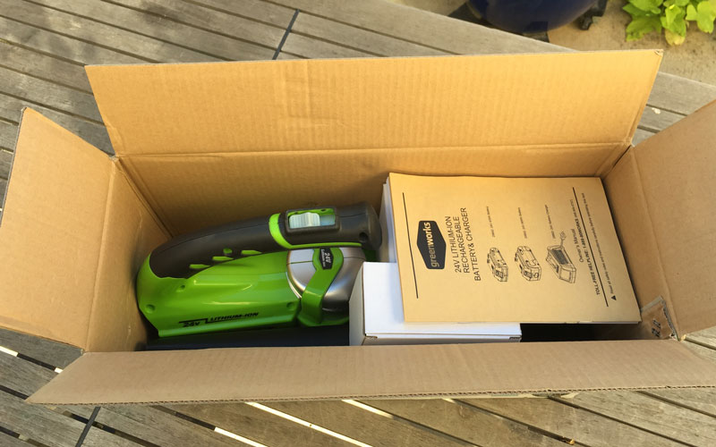 Greenworks-24-Volt-Sweeper-packaging-1