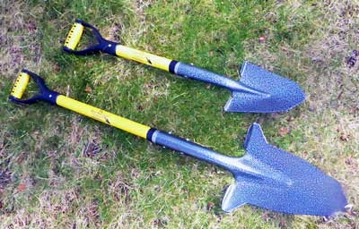 The two D-handle sizes of the Spear Head Spade - one has a 41-inch shaft and the other has a 30-inch one