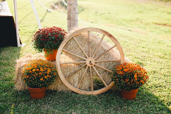 17 Cool Ways to Use Straw Bales For A Shabby Chic Garden Decor